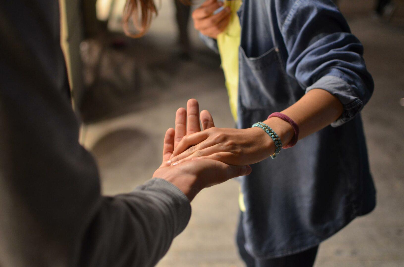 persona dandole la mano a otra